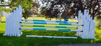 Il cavallo salta Oxer alato Fotografia Stock