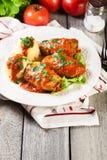 Il cavolo farcito con carne e riso è servito con le patate e la salsa al pomodoro bollite Immagini Stock Libere da Diritti