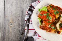Il cavolo farcito con carne e riso è servito con le patate e la salsa al pomodoro bollite Immagine Stock