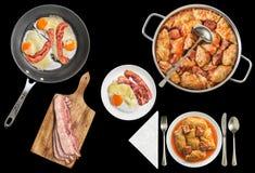 Il cavolo marinato ha farcito Rolls servito con Fried Eggs con bacon e le fette di lardo extra isolati su fondo nero Fotografia Stock
