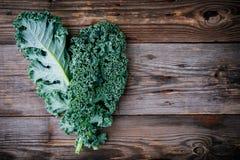 Il cavolo riccio del cavolo verde crudo fresco del superfood va fotografia stock libera da diritti