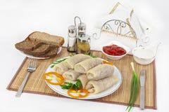 Il cavolo rotola con salsa e panna acida Servito solitamente con il nero o il pane bianco Un buon condimento per il piatto è sena immagini stock