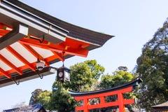 Il CCTV del sistema di sicurezza ed i dettagli del tetto giapponese di legno tradizionale del tempio dentro il Fushimi Inari shri fotografie stock libere da diritti