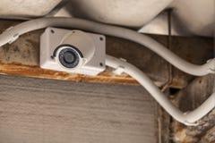 Il CCTV ha montato sul soffitto sotto il tetto immagini stock