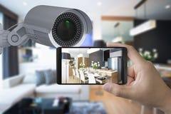 Il cellulare si collega con la videocamera di sicurezza immagini stock
