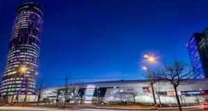 Il centro commerciale ed il cielo di Promenada si elevano a Bucarest alla notte Immagine Stock