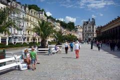 Il centro commerciale pedonale principale, karlovy storico varia, la repubblica Ceca immagini stock