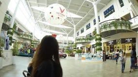 Il centro commerciale Victoria fa il giardinaggio Leopoli 25 08 interno 2018 archivi video