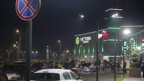 Il centro commerciale Victoria fa il giardinaggio Leopoli 25 08 notte esterna 2018 stock footage