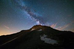 Il centro d'ardore variopinto della Via Lattea e del cielo stellato ha catturato ad elevata altitudine nell'estate sulle alpi ita Fotografie Stock