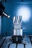Il centro di lavorazione di CNC di fresatura produce la paletta della turbina fotografia stock libera da diritti