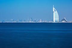 Il centro e gli alberghi di lusso del Dubai su Jumeirah tirano, il Dubai, Emirati Arabi Uniti Fotografia Stock