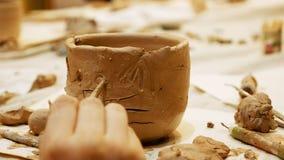 Il ceramista è ciotola del vaso o del vaso di argilla da modellare Immagini Stock Libere da Diritti