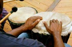 Il cerchio del tamburo equipaggia le mani Immagine Stock