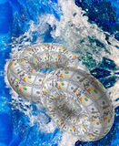 Il cerchio delle banconote sul fondo dell'acqua Immagini Stock
