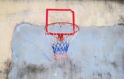 Il cerchio di pallacanestro aderisce alla vecchia parete della casa immagine stock