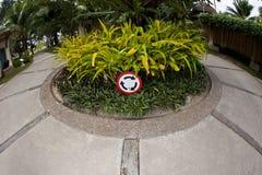 Il cerchio di traffico firma dentro il giardino del cerchio immagini stock libere da diritti