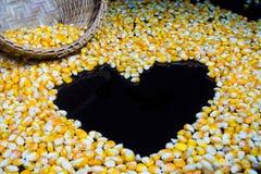 Il cereale ha reso a ‹del †del ‹del †una forma del cuore su un fondo nero Fotografie Stock Libere da Diritti