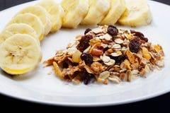 Il cereale misto a latte con la banana ha completato con miele a salute fotografia stock