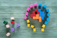 Il cervello umano è fatto dei blocchi di legno colorati multi Concetto creativo di affari o medico Mansioni logiche L'enigma, tro immagini stock libere da diritti