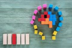 Il cervello umano è fatto dei blocchi di legno colorati multi Concetto creativo di affari o medico Mansioni logiche L'enigma, tro fotografie stock