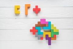 Il cervello umano è fatto dei blocchi di legno Concetto creativo di affari o medico Mansioni logiche L'enigma trova il missin fotografia stock