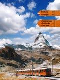 Il Cervino con il cartello contro il treno in alpi svizzere Fotografia Stock Libera da Diritti