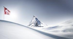 Il Cervino con la bandiera nell'inverno fotografie stock libere da diritti