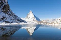 Il Cervino con la riflessione in Riffelsee, Zermatt, Svizzera Fotografie Stock Libere da Diritti