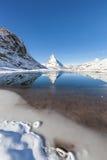 Il Cervino con la riflessione in Riffelsee, Zermatt, Svizzera Immagini Stock Libere da Diritti