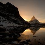 Il Cervino dal lago della montagna di Riffelsee sopra Zermatt Fotografia Stock