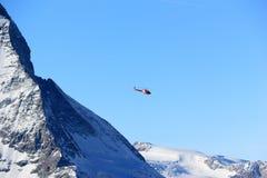 Il Cervino e l'elicottero Le alpi, Svizzera Immagine Stock Libera da Diritti