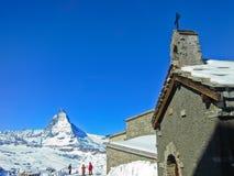 Il Cervino e una chiesa in alpi svizzere Immagine Stock
