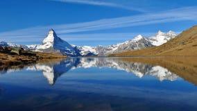 Il Cervino e Weisshorn che si rispecchiano nel lago Stellisee Fotografie Stock Libere da Diritti