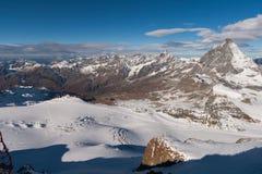Il Cervino ha coperto di nuvole un chiaro giorno dopo che autunno della neve in autunno Immagini Stock
