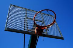 Il cestino di pallacanestro ha zumato foto su cielo blu Fotografia Stock Libera da Diritti