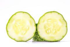 Il cetriolo, ha tagliato due pezzi su un fondo bianco Immagine Stock