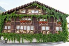 Il chalet tipico a Burglen sulle alpi svizzere Immagini Stock