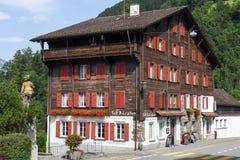 Il chalet tipico a Burglen sulle alpi svizzere Immagine Stock