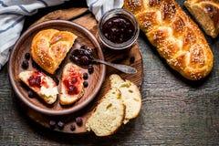 Il Challah è un pane ebreo da dilettarsi sui bordi di legno Fotografia Stock Libera da Diritti