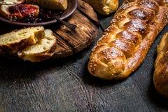 Il Challah è un pane ebreo da dilettarsi sui bordi di legno Fotografia Stock