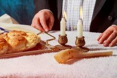 Il Challah o Hala è una pagnotta fresca dolce ebrea tradizionale del pane di sabato Le mani degli uomini tengono il pane immagini stock