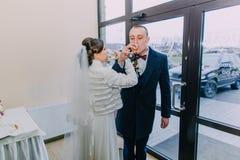 Il champagne bevente dello sposo e della sposa wine dopo la loro cerimonia di nozze Immagini Stock Libere da Diritti
