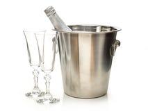 Il champagne del nuovo anno imbottiglia il dispositivo di raffreddamento e due vetri del champagne Fotografie Stock