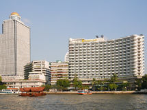 Il Chao Phraya con la barca e l'hotel di Shangri-La, Bangkok, Tailandia Fotografia Stock