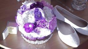 Il chaussures de bouquet et de jeune mariée, anneaux banque de vidéos