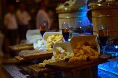Il cheddar del formaggio blocca la presentazione Fotografie Stock