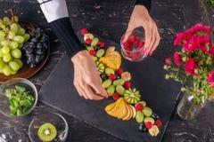 Il chef a fait un plat de divers fruits dans le restaurant L'escroquerie image stock