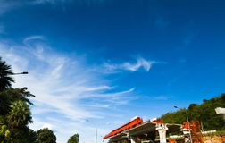 Il chiaro cielo con bianco si rannuvola il ‹del projects†della costruzione fotografia stock libera da diritti