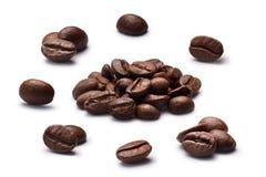 Il chiaro scuro ha arrostito i chicchi di caffè messi, percorsi Immagini Stock Libere da Diritti